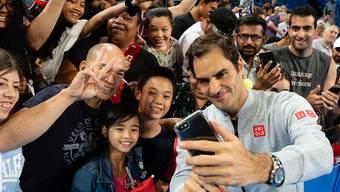 Roger Federer bei einer Foto-Session mit Fans vor dem Hopman Cup in Perth