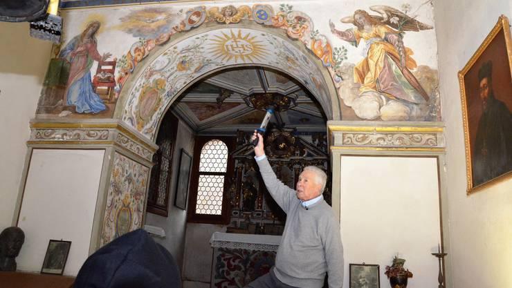 Mit viel Engagement und profundem Wisssen zeigt Hausherr Hans Ulrich Meyer seinen Gästen die kulturellen Höhepunkte in der hauseigenen Kapelle des Amthofs.