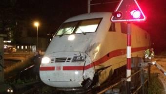 Die Kollision ereignete sich bei einem Bahnübergang. Nach Auskunft der Polizei mussten sich 17 Personen im Spital behandeln lassen.