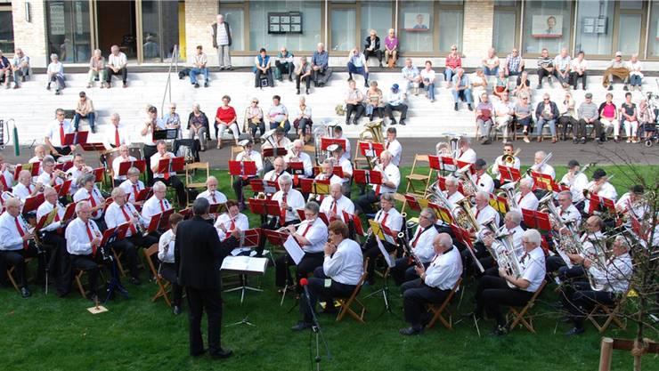 Veteranenspiel des Solothurner Blasmusikverbandes beim Konzert im Innenhof des Roggenparks Oensingen.