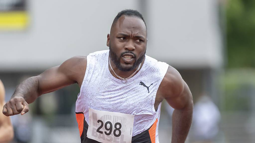 Alex Wilson blickt nach seinem 100-m-Sprint beim Pfingstmeeting in Basel zur Anzeigetafel