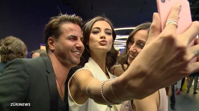 Auch Models drücken fürs brauchbare Selfie zigfach ab