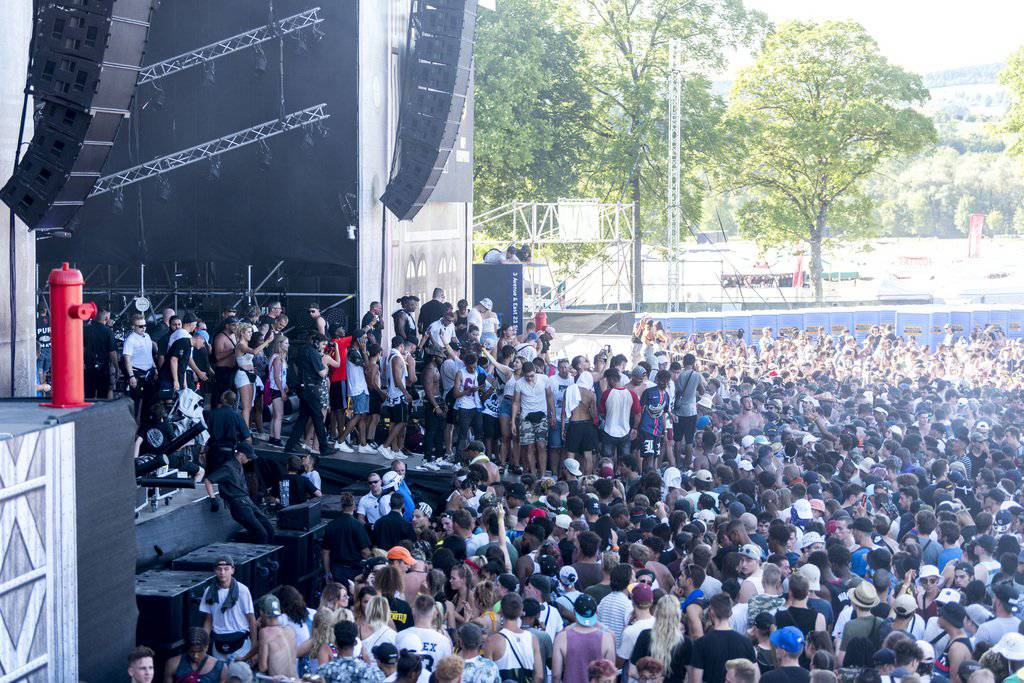 Festivalbesucher stürmten die Bühne während des Auftritts des US-Rappers Desiigner