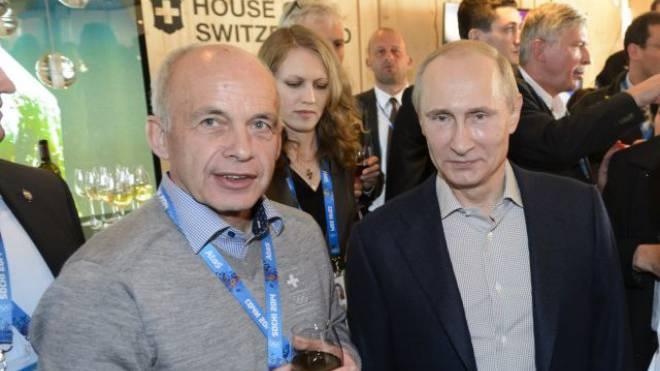 Während der Olympischen Spiele in Sotschi zeigte sich, wie eng die Beziehungen sind: Bundesrat Ueli Maurer mit Putin. Keystone.