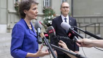 Bundespräsidentin Simonetta Sommaruga spricht am Dienstag in Bern neben Kantonskonferenz-Präsident Christian Rathgeb zu den Medien.