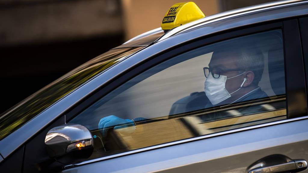 Frau fährt mit Taxifahrer auf Motorhaube los