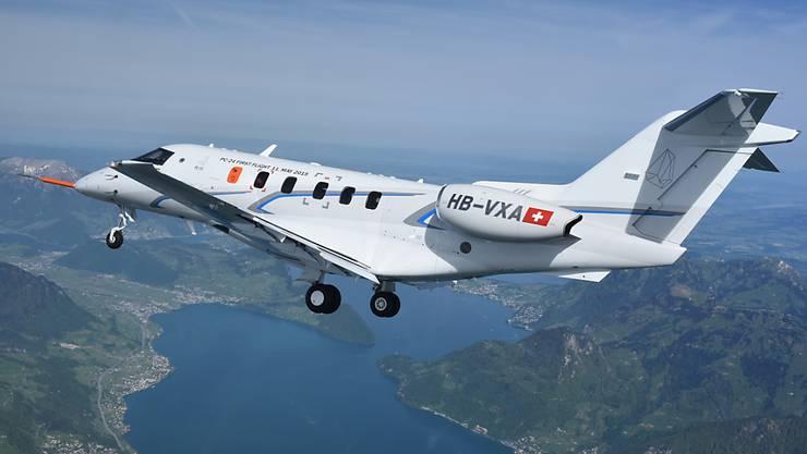Der neue Jet PC-24 von Pilatus bei seinem Erstflug im Mai über dem Vierwaldstättersee: Pilatus nimmt vorerst keine Bestellungen mehr an. (Archivbild)