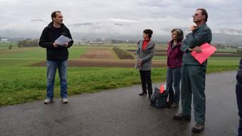 Mit Erstaunen hätten sie festgestellt, dass Aesch weiterhin ein Thema sei: Die Aescher Bauern bekräftigten gestern ihren Widerstand gegen das Schwingfest. (Das Foto entstand bei der Medienkonferenz von Bauern und Umweltschützern Ende Oktober.)