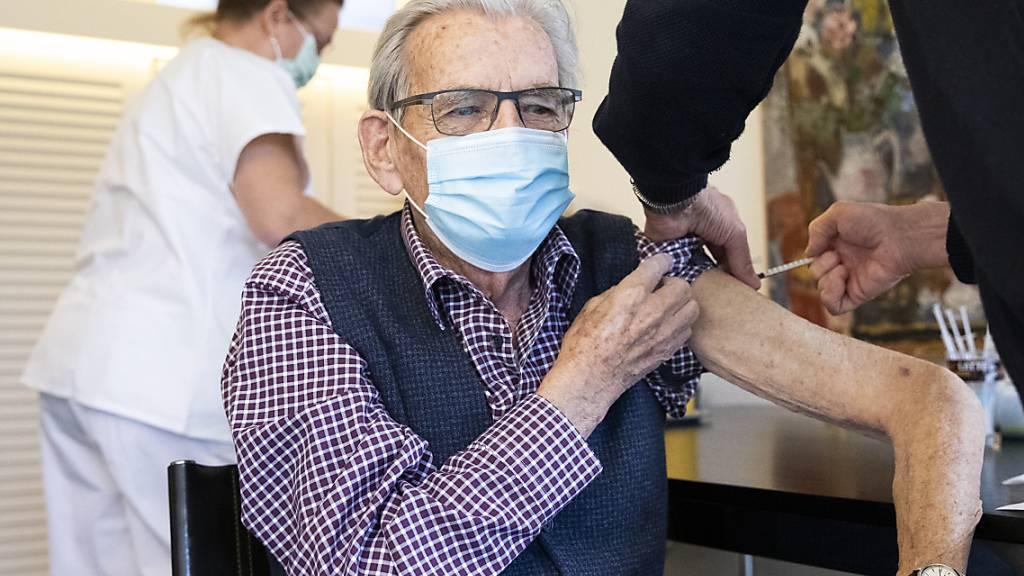 Der Kanton Schwyz weitet die Impfkampagne auf Personen ab 65 Jahren aus. (Symbolbild)