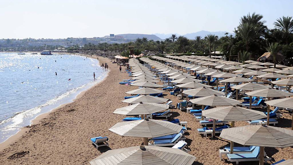 Ein Strand in Sharm el-Sheikh, Ägypten, am Roten Meer. Ägyptens Badeorte am Roten Meer sind nach Ansicht des dortigen Ministers für Tourismus und Altertümer anderthalb Jahre nach Beginn der Corona-Pandemie wieder sichere Reiseziele.