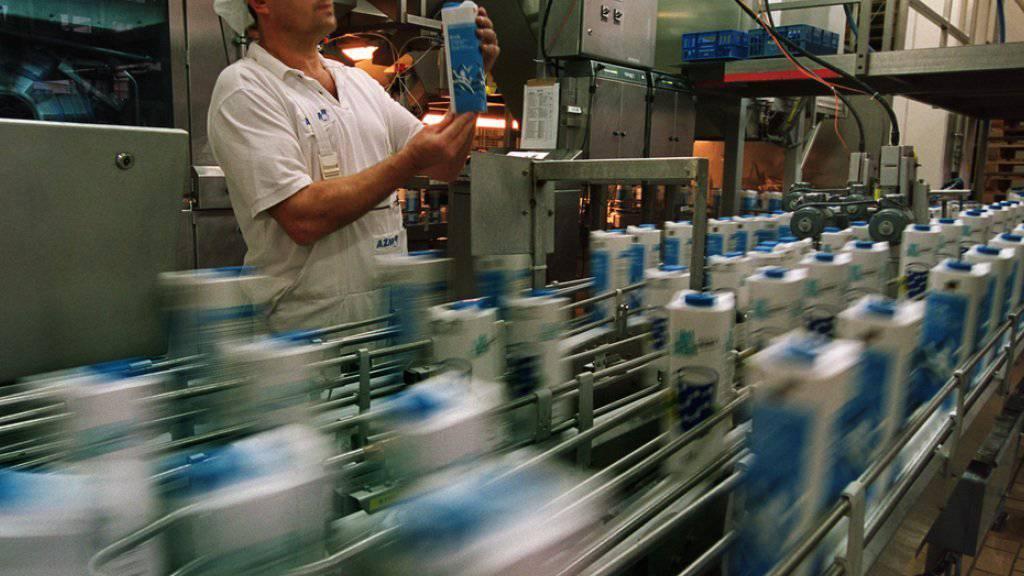 Der Milchpreis bleibt stabil. Ein Mitarbeiter der Zentralmolkerei in Suhr AG kontrolliert abgepackte Milch. (Symbolbild)