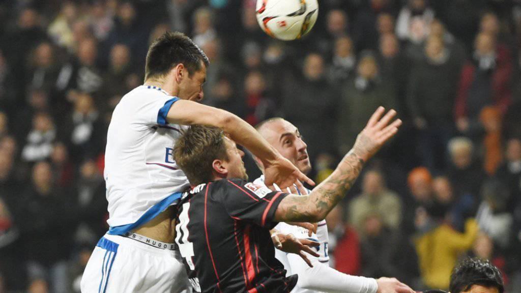 Viel Krampf, wenig Spielkunst: Eintracht Frankfurt und der HSV mit Josip Drmic (re.) lieferten sich einen Kampf auf Biegen und Brechen