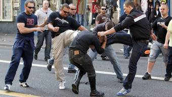 Polizei gegen Chaoten, Chaoten gegen Polizei, Neonazis gegen Chaoten: ein weiterer 1. Mai im Zeichen der Gewalt.
