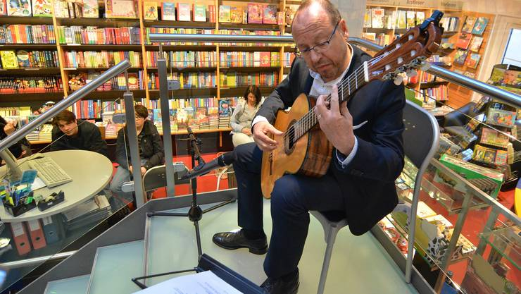 In der Buchhandlung Schreiber, auf der Treppe zum ersten Stock, spielte Michael Erni aus seiner neuen CD.