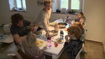 Wegen den Verschärfungen des Bundesrates darf eine 5-köpfige Familie ab Montag niemanden mehr besuchen oder zu sich einladen. Für die Familie Hitz in Herbetswil ist das eine schwierige Situation, da sie alleine schon 6 Personen sind.