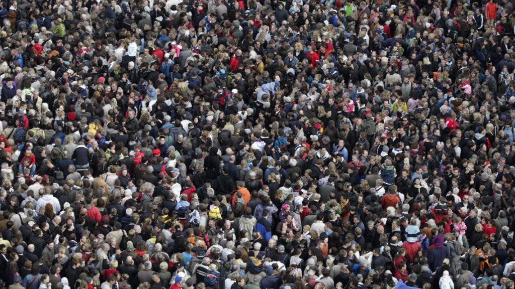 Die Einwohnerzahl in Deutschland überstieg im vergangenen Jahr erstmals die 83-Millionen-Grenze - auf dem Bild eine Menschenmenge auf einer Kreuzung am Boulevard Unter den Linden in Berlin.