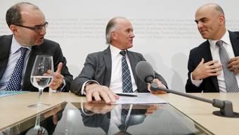 Bundesrat Alain Berset (von rechts), Walter P. Hölzle, Präsident Vereinigung Pharmafirmen in der Schweiz, und Thomas Cueni, Generalsekretär Interpharma, bei einer Medienkonferenz im April dieses Jahres. keystone