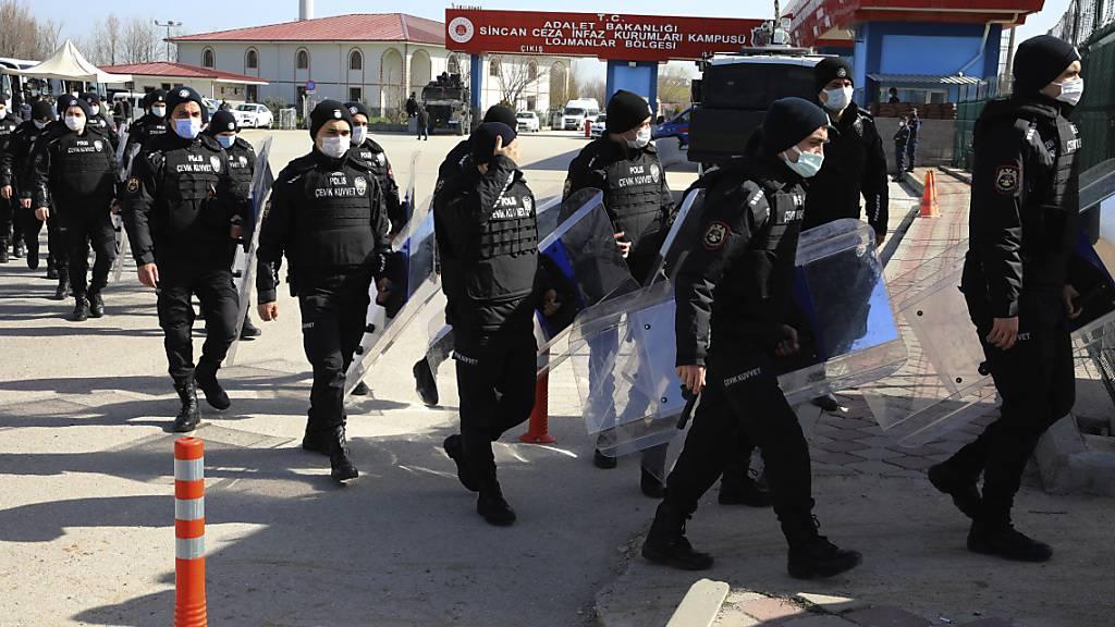 Bereitschaftspolizisten betreten das Gerichtsgebäude vor dem Prozess gegen 497 Angeklagte in der Türkei. Den Angeklagten wird unter anderem vorgeworfen, das Gebäude des Staatssenders TRT in Ankara in der Putschnacht besetzt zu haben. Foto: Burhan Ozbilici/AP/dpa