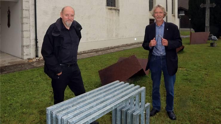 Thomas Schaub (links) und Christof Schelbert vor der Alten Kirche.