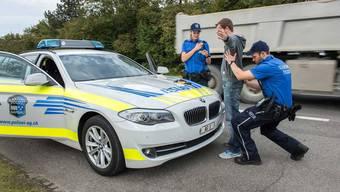Kritik wird laut, weil die Kantonspolizei Aargau auf die Teilnahme am Lehrgang vom Herbst verzichtet. Bild: Die Aargauer Kantonspolizei verhaftet einen Verdächtigen. (Symbolbild)