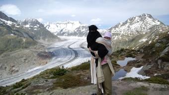 Nora Illi mit ihrer dreijährigen Tochter auf dem Rücken vor dem Aletschgletscher. ho