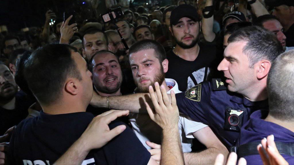 Vor dem Parlament in Tiflis kam es am Samstag zu Zusammenstössen zwischen Demonstranten und der Polizei.