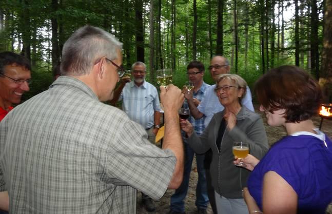 Ein Prosit auf den Vertragsabschluss für das Eichenwaldreservat
