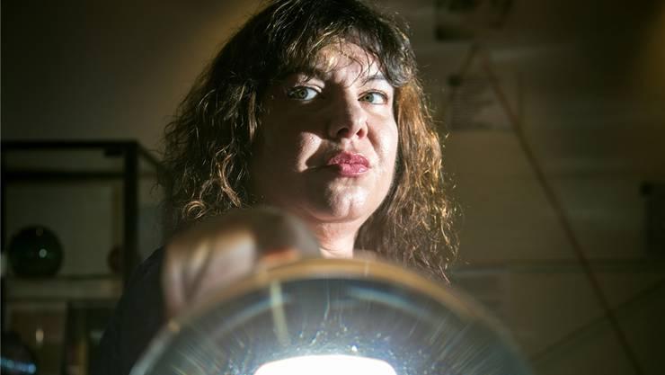 Wicca Meier vom Hexenmuseum blickt in die Kristallkugeln. Über die Zukunft orakeln mag sie aber nicht. Chris Iseli