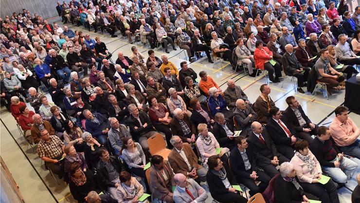 Insgesamt 1312 Genossenschaftsmitglieder kamen zur Generalversammlung der Raiffeisenbank Wasseramt Mitte. (Symbolbild)