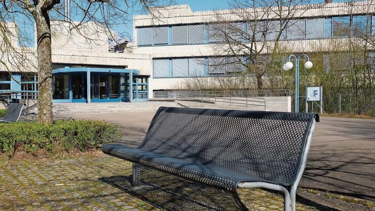 Der Pausenhof der Kantonsschule Limmattal in Urdorf wird ab Montag wieder belebt sein.