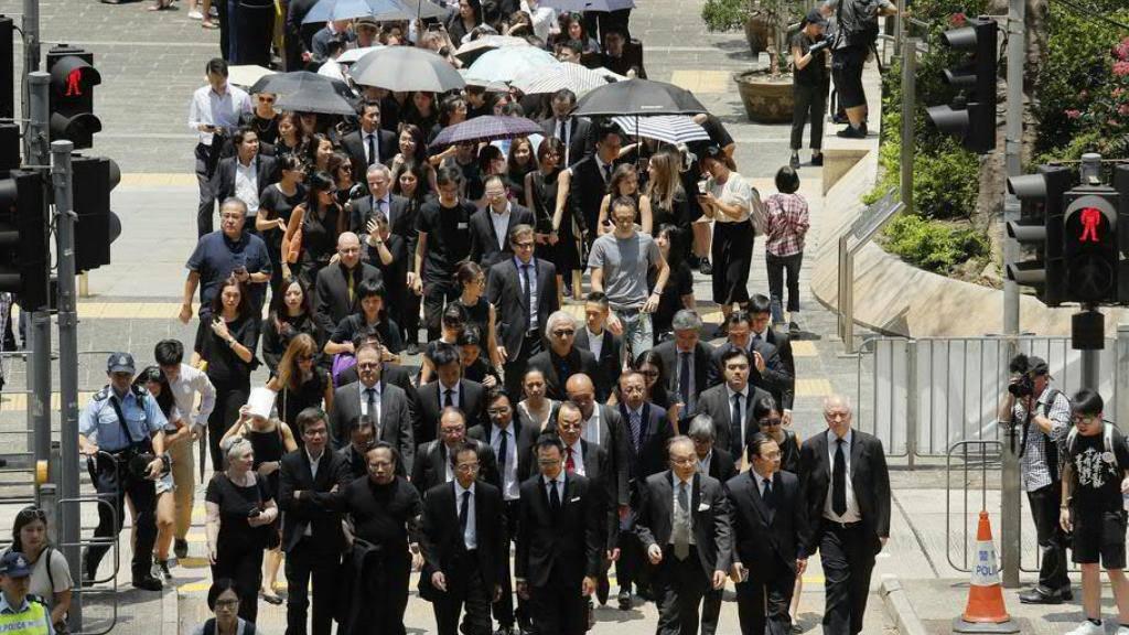 Hunderte schwarzgekleidete Anwälte haben mit einem Schweigemarsch ihre Solidarität mit der regierungskritischen Protestbewegung bekundet.