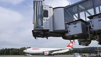 Ein Airbus A330 der Swiss handelte sich am letzten Freitag nach Miami acht Stunden Verspätung ein, weil sämtliche WCs an Bord wegen einer technischen Panne ausser Betrieb genommen werden mussten. Die Piloten drehten über dem Atlantik um nach Zürich. (Archivbild)