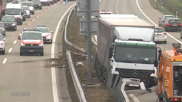 Lastwagen prallt durch Leitplanke und gerät auf Gegenfahrbahn