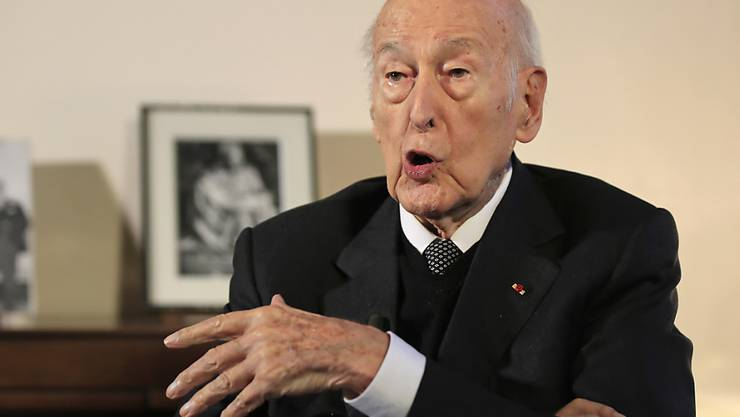 ARCHIV - Valéry Giscard d'Estaing, ehemaliger französische Staatspräsident, spricht während eines Interviews mit der Associated Press. Giscard d'Estaing hat nach einem fünftägigen Aufenthalt das Krankenhaus im westfranzösischen Tours wieder verlassen. Foto: Michel Euler/AP/dpa