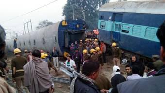 Rettungskräfte im Einsatz nach der Entgleisung eines Zugs in Indien.