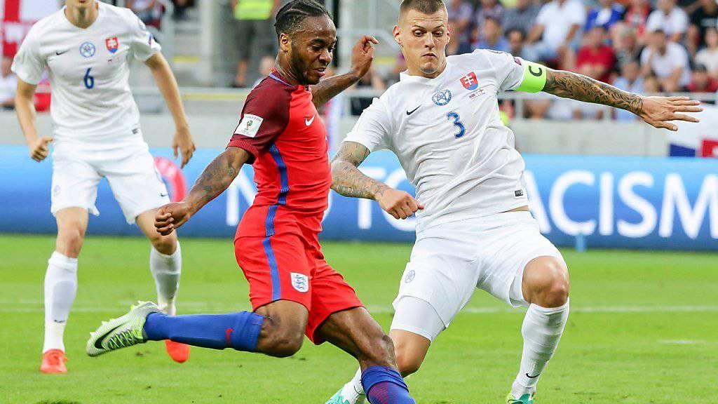Raheem Sterling (links) setzte sich mit England gegen Martin Skrtel und die Slowakei knapp durch