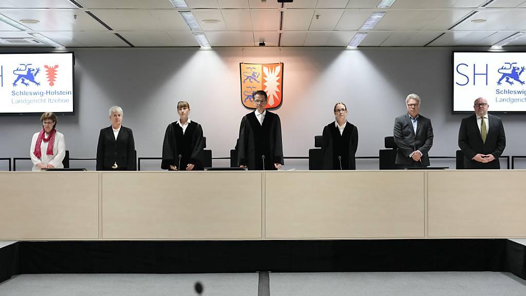 Der Vorsitzende Richter Dominik Groß (3.v.r.) kommt mit den Richterinnen und den Schöffen zum Prozess gegen eine 96-jährige ehemalige Sekretärin des SS-Kommandanten des Konzentrationslagers Stutthof am Landgericht. Wegen der Flucht der Angeklagten, der Beihilfe zum Mord in mehr als 11.000 Fällen vorgeworfen wird, hatte das Gericht die Verhandlung zuvor auf den 19. Oktober vertagt und einen Haftbefehl gegen die Angeklagte erlassen. Nach der zwischenzeitlichen Flucht ist die Frau gefasst worden. Foto: Markus Schreiber/AP-Pool/dpa