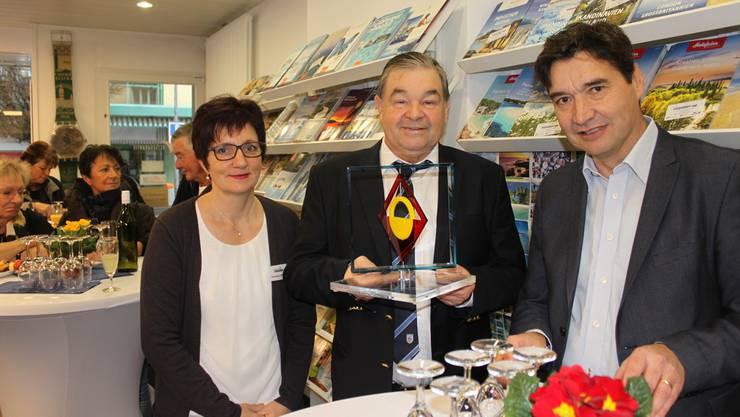 Stadtpräsident François Scheidegger (rechts) überreichte Inhaber Rolf Probst und seiner Mitarbeiterin Christina Habegger ein Geschenk der Stadt.