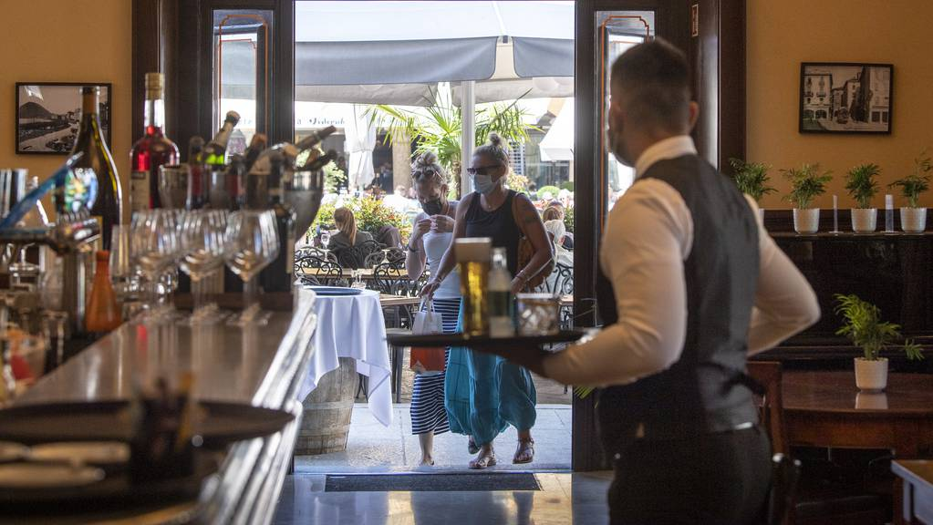 In Innenräumen der Restaurants, Theater und Zoos könnte die Zertifikatspflicht drohen, falls die Zahlen weiter rasant steigen.