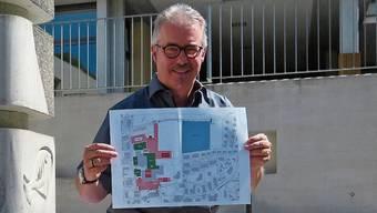 Co-Präsident Daniel Juchli zeigt den Zufikerfäscht-Lageplan.