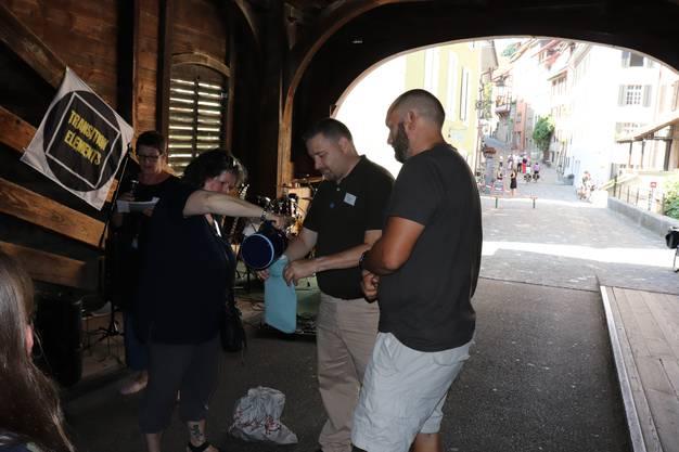 Statt des vielerorts bei Eröffnungen eingesetzten roten Bandes, das mit einer goldenen Schere durchgeschnitten wird, füllte das Team zur Einweihung der Notschlafstelle eine Bettflasche mit Wasser.