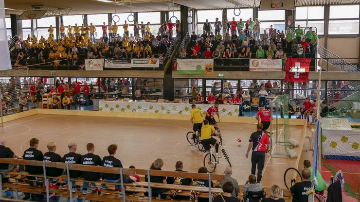 """Die """"gelbe Wand"""" links oben auf der Tribüne peitschte die Altdorfer Teams zu Rang 1 und Rang 3."""