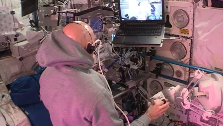 ISS-Astronaut Luca Parmitano steuert von der Raumstation aus einen Rover auf der Erde. Dabei hilft ihm eine Art Hightech-Joystick: ein Steuerungs-Interface mit haptischem Feedback, das an der EPFL entwickelt wurde.