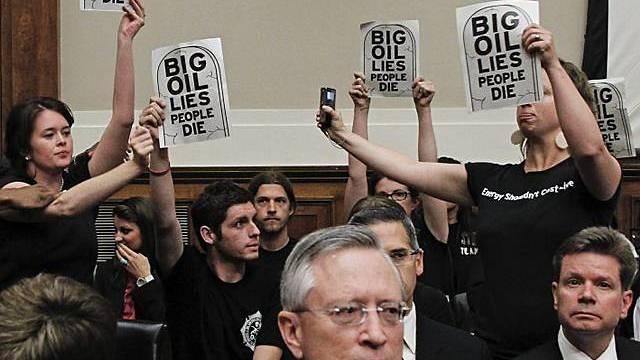 Aktivisten unterbrechen Anhörung vor dem US-Kongress