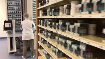 Die Alterszentren sollen nur noch die Medikamente erhalten, die sie wirklich brauchen. Dann müssen keine Medikamente mehr entsorgt werden. Die Portionierung wird neu von der Medifilm AG übernommen.
