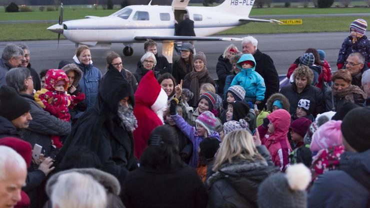 Der Samichlaus und der Schmutzli landeten auch dieses Jahr per Flugzeug im Birrfeld.