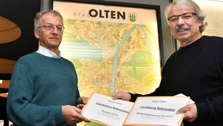 Rolf Sommer (rechts) hat die erforderliche Unterschriftenzahl  für zwei Referenden beigebracht. Links Stadtschreiber Markus Dietler.