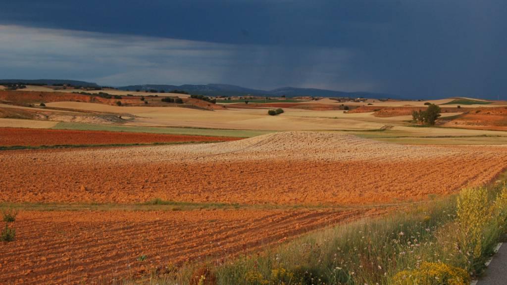 Sturm über einem spanischen Anbaugebiet: Bodenerosion verringert die landwirtschaftliche Produktivität.