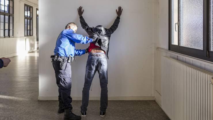 Ein abgewiesener Asylbewerber wird kontrolliert. (Symbolbild)
