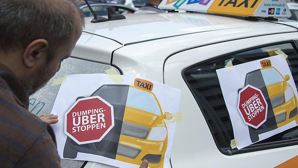 Auch in Basel haben Taxifahrer gegen Uber demonstriert. Per Juni 2018 wird nun der umstrittene Pop-Service des Fahrdienstvermittlers schweizweit eingestellt. (Archiv)